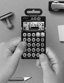 mini sintetizador tipo similar a calculadora, imagen en blanco y negro