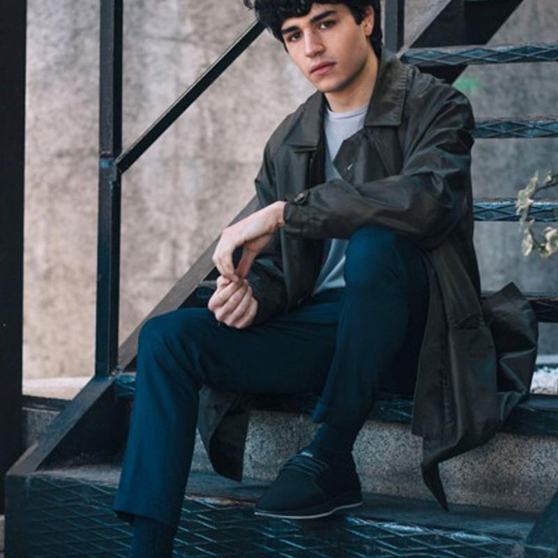 chico sentado en escalera  con zapatillas army blue de muroexe