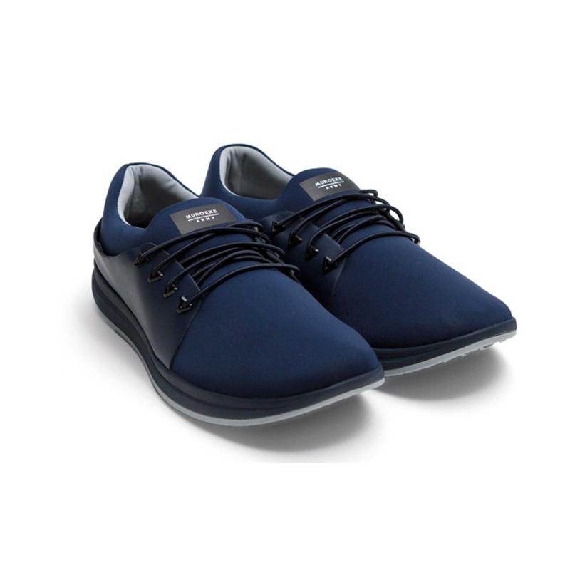 par de zapatillas azules marino muroexe army sobre fondo blanco