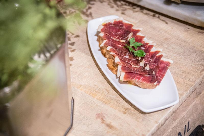 Restaurante Essentia: torreznos y chuleta finesa