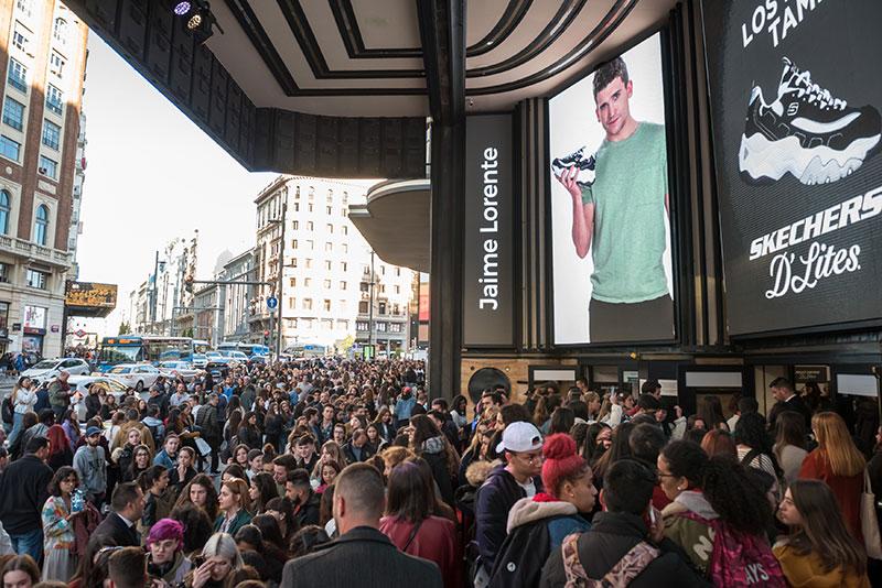 Skechers y Jaime Lorente revolucionan el centro de Madrid