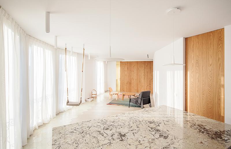Raul Sánchez Architects y su ático para un duo de creativos