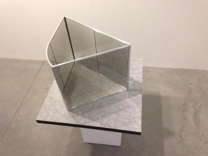'Zig Zag' de Dan Graham. Galeria Filomena Soares, Lisboa
