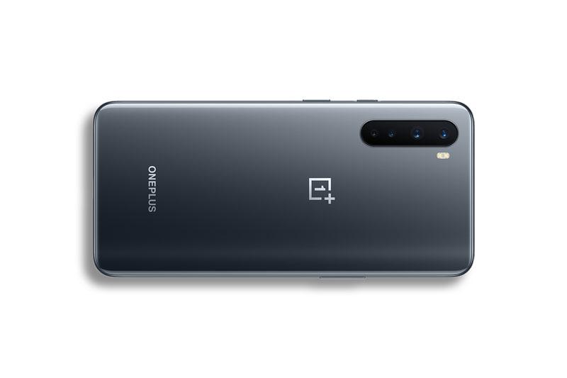 El flamante OnePlus Nord comparado con el Iphone SE
