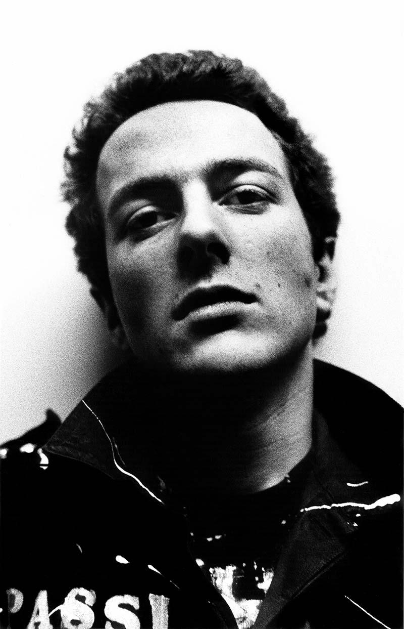 Joe Strummer de The Clash en su versión moda por Brixton