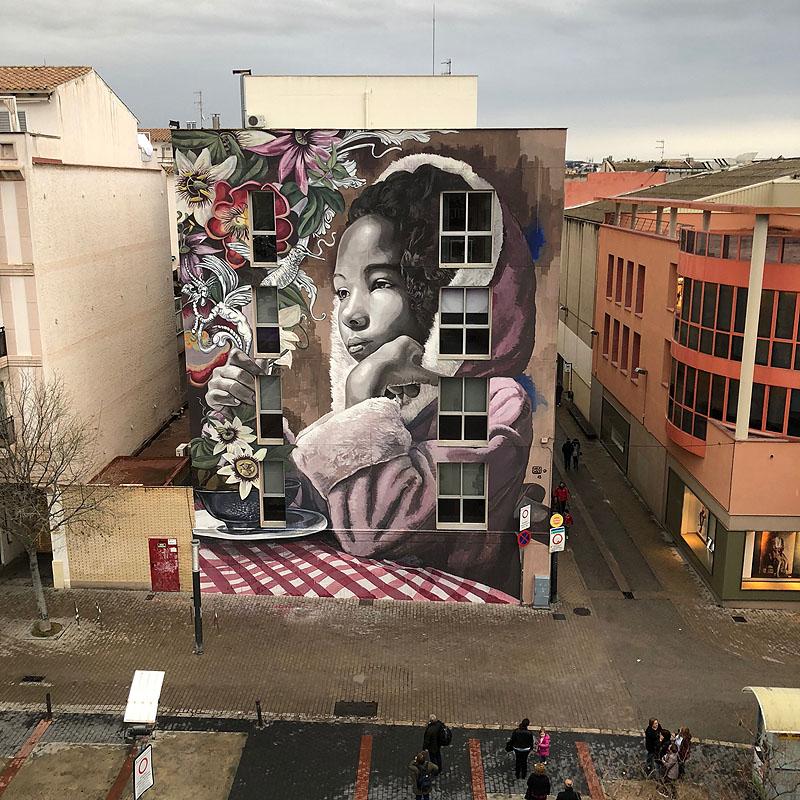 La artista Lula Goce es experta en transformar fachadas monumentales