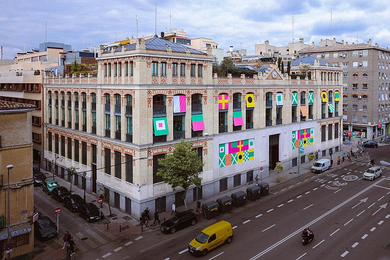 Nuria Mora interviene la fachada de La Casa Encendida