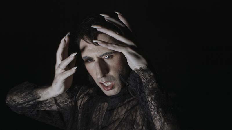 Cultura queer, cuervos y danza en lo nuevo de AL-V