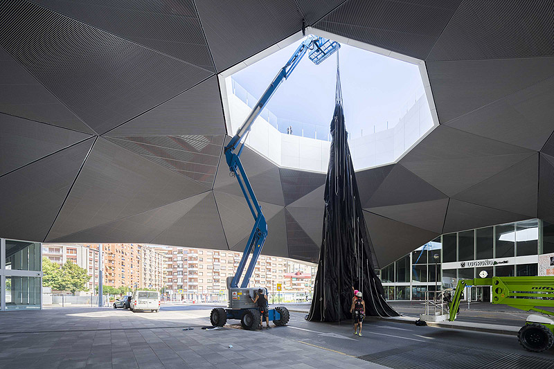 SpY instala una negra y gigante esfera en Logroño