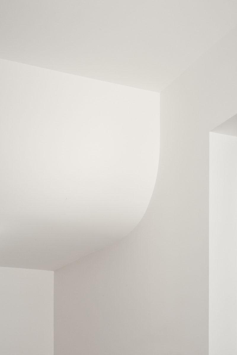 Atelier Barda: Ladrillo, curvas y un jardín interior