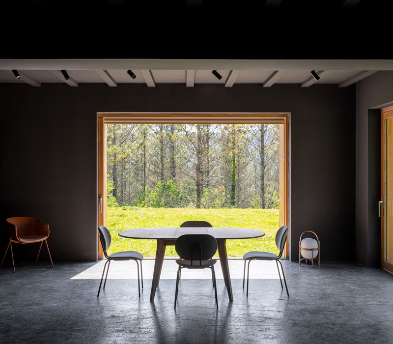 Caserío Azkarraga: rehabilitación minimalista y sostenible