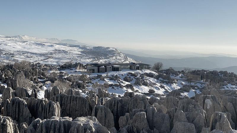 Espectacular casa brutalista en la montaña por Karim Nader