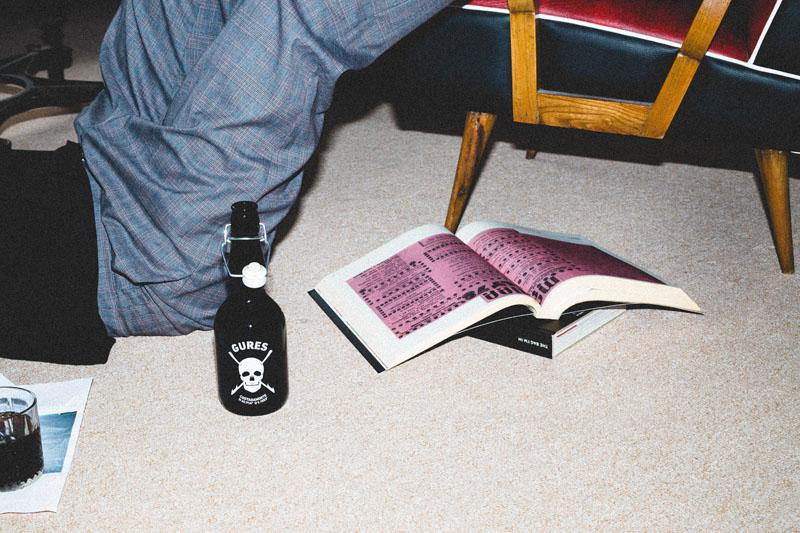 botella Gures con un calavera serigrafiado