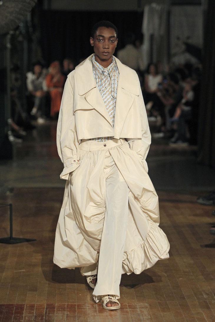 Palomo Spain modelo traje-abrigo blanco