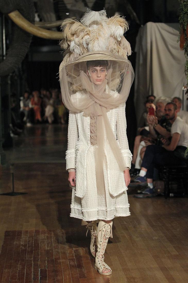 Palomo Spain modelo sombrero de plumas y redes