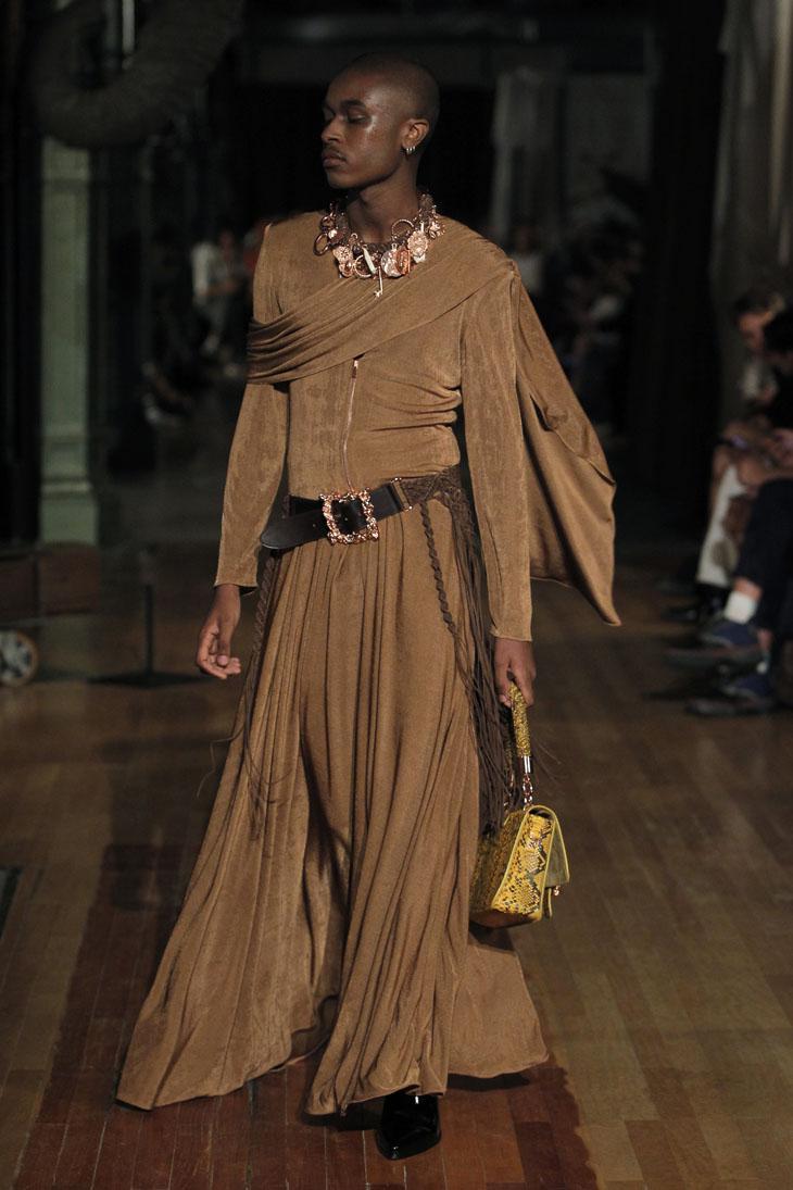 Palomo Spain modelo traje marrón