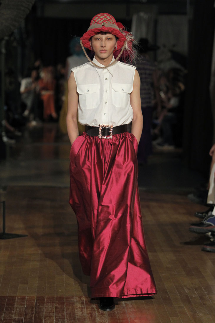 Palomo Spain modelo pantalones rojos brillantes