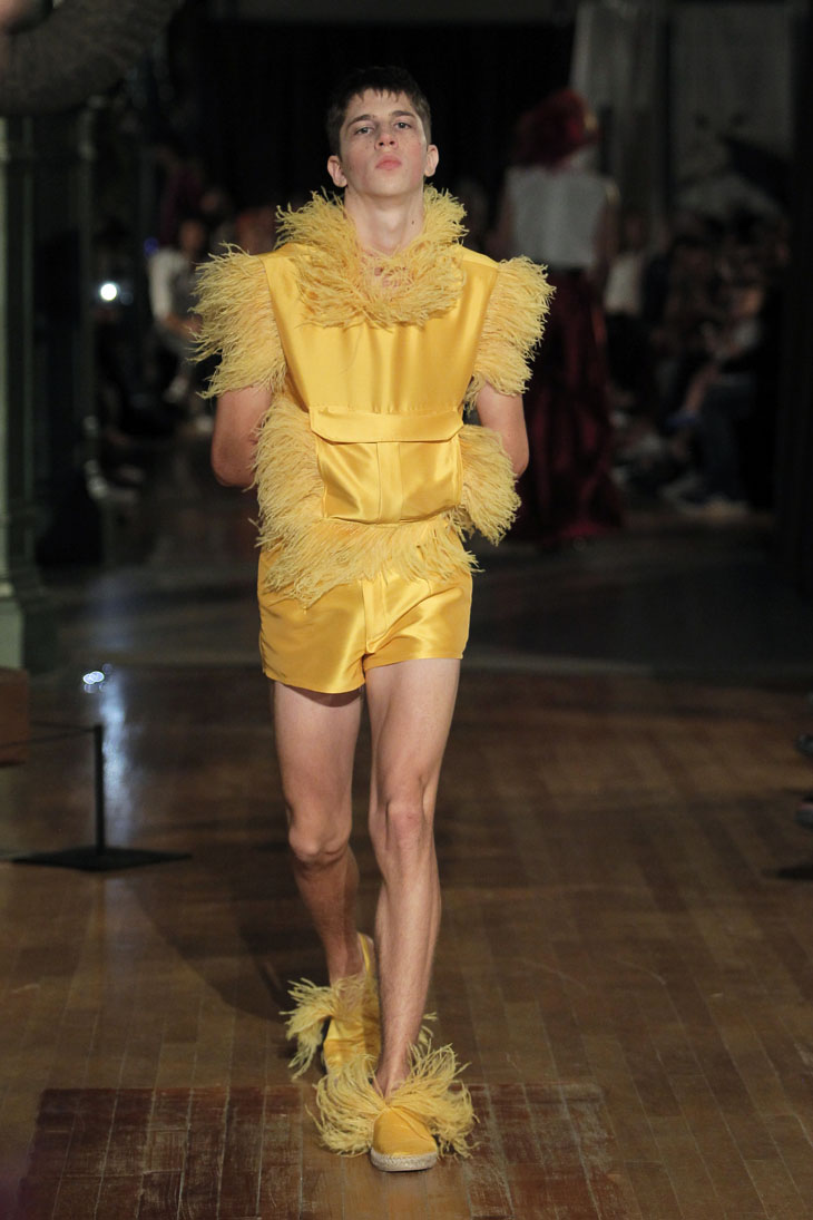 Palomo Spain modelo vestido plumas amarillo