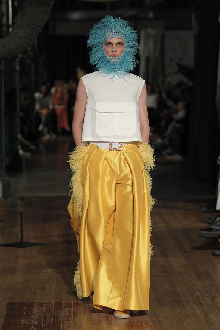 Palomo Spain modelo pantalones anchos amarillos