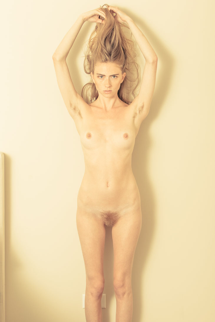 desnuda Thomas Jerusalem: modelo desnuda con los brazos en alto