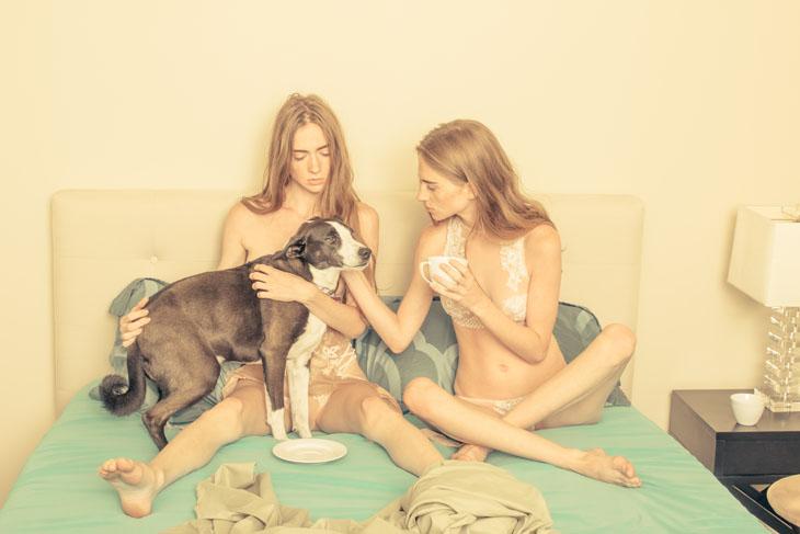 desnuda Thomas Jerusalem: modelos en la cama con perro