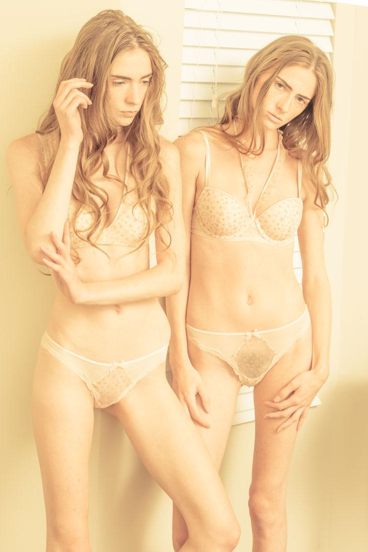 desnuda Thomas Jerusalem: modelos de pié con conjunto de lencería rosa