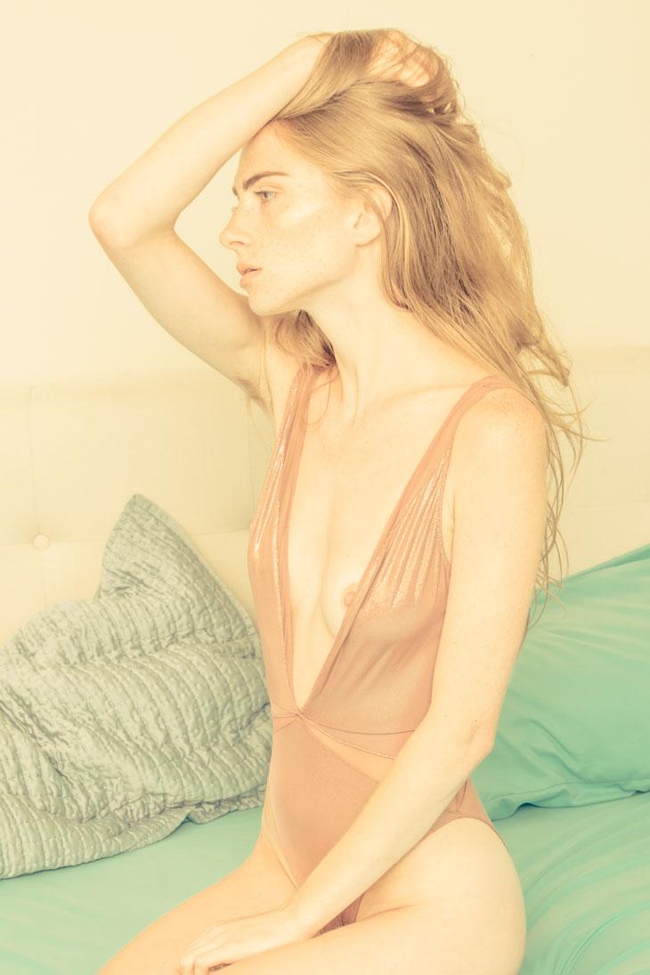 desnuda Thomas Jerusalem: modelo con body rosa