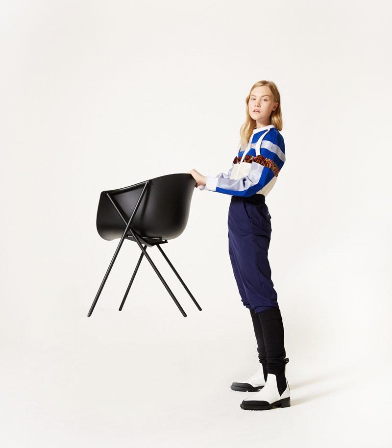 Editorial moda neo2 Antartica chica levantando una silla Bai de Ondarreta