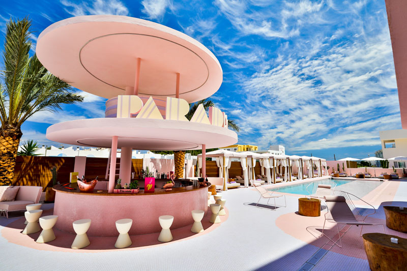Piscina y terraza en el Hotel Paradiso Ibiza